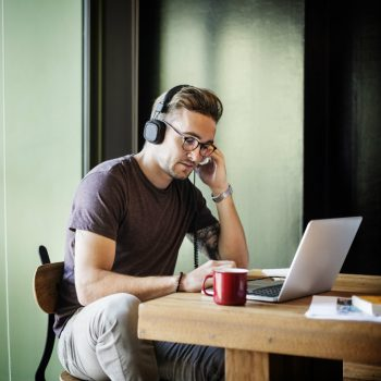 Quer trabalhar em casa? Conheça 15 profissões em que isso é possível