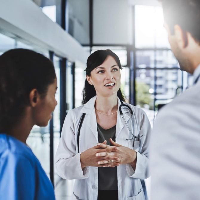 Gestão de Serviços de Saúde: médicos conversando em corredor do hospital