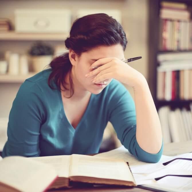 como evitar o estresse: mulher jovem fadigada estudando