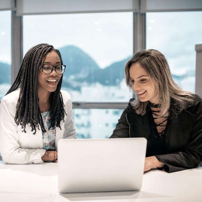 estágio na pós-graduação: duas jovens mulheres em escritório bem ambientado