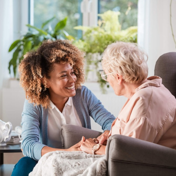 pós em cuidados paliativos: jovem cuidando de senhora idosa