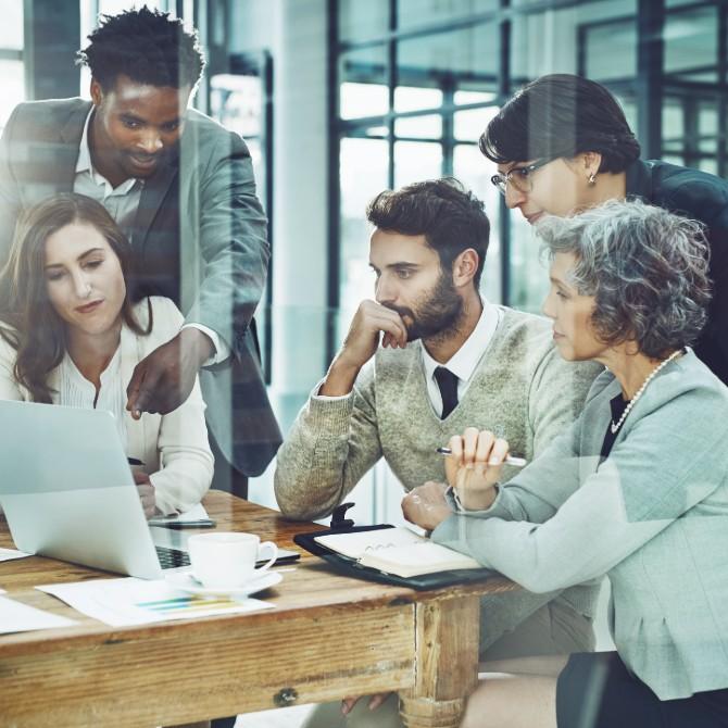 Gestão de Negócios: equipe reunida em reunião de escritório