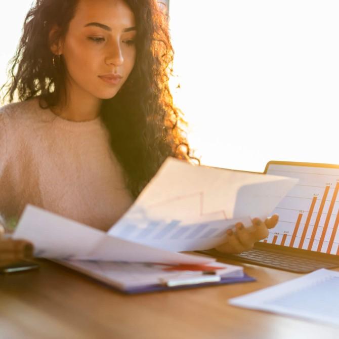 trabalhar com auditoria: jovem mulher verificando papeis