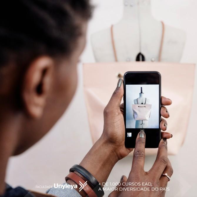 mulher tirando foto de produto pensando como aumentar a renda